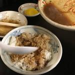 三松会館 - レバニラのタレでご飯を頂きます