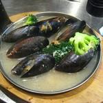焼きはまぐりSTAND - ムール貝の白ワイン蒸し。
