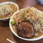 めんじろ - めんじろ(左)大めんじろ+炙り豚(右)