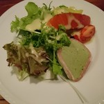 ボンヌ・マール - また別の日のサラダ。この日は生ハムとテリーヌ入り。