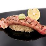 つきぢ神楽寿司 - 炙り牛