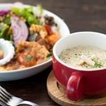 カフェ サルーテ - スープランチ¥1300(本日のスープ、本日のデリ、サラダ、無添加パン、ドリンク)