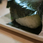 隼 - 美味しいご飯のおにぎり(梅干し)ズームアップ