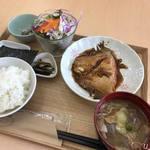 宮戸つばめ食堂 - 日替わりのカレイの煮付け