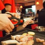韓国居酒屋 イニョン - お店の方がおいしく調理してくれます。