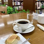萩原珈琲 - 本棚に囲まれたスペース