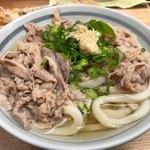 自家製さぬきうどんと肉 甚三 - 牛肉うどん 600円。ちくわ天 120円。