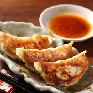 酒場8の定番ジャンボ焼き餃子!