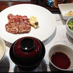 79164618 - おじょー品にセットされているステーキは、980円(税別)。肉が遠い!…って遠近法で小さいのではなく、皿がでかいだけでした。
