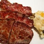 79164653 - お肉は柔らかく下処理されていました。できればカットは3分割の方が女子には良いかも(笑)。ちなみ焼き加減は、リクエストしないとミディアムレアです。