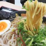 博多三氣 - 中太の縮れ麺です。1玉10円の替玉をすれば、替玉は細い博多ストレート麺ですので、両方の食感を楽しめます♪
