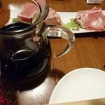 とまと座 -        「ハモンセラーノ(スペイン産生ハム)のたっぷり盛り」と赤ワイン(デキャンタ)       (2017.12)