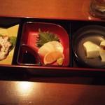 和ダイニング つくね家 - 前菜盛り合わせ(ざる豆腐、本日のお造り、スモークチキン)