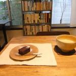 イカニカ - ガトーショコラ(ハーフ)とカフェラテ♪