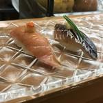 79189938 - 【お昼のおすすめにぎり「10カン」】(1400円税込)かじきとあじ。