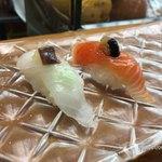 79189939 - 【お昼のおすすめにぎり「10カン」】(1400円税込)ひらめとサーモン。