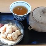 萠茶 - きな粉餅 ほうじ茶(急須でお出しします)とセットで680円。日本茶その他ドリンク、フードとご注文の場合+280円