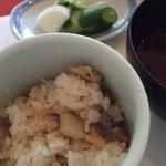 梅の花 - 花ランチ(汁物、あさりと筍の炊き込み御飯、自家製 八女漬物)