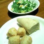 カプリチョーザ - サラダとおかわり自由のフォカッチャ