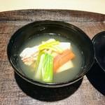 いはら田 - お椀は早取りの筍と松葉蟹、ウルイ、出汁は蟹の殻からとっており、蟹の香りが濃厚
