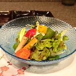 たつかわ - ◆15種の野菜のサラダ 野菜の甘酢漬け 鹿尾菜のドレッシング ドレッシングの味わいが少し薄いように感じましたけれど、お野菜が新鮮ですこと