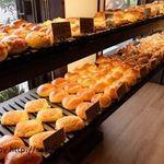 ファン ベーカリー&カフェ - 店内のパン陳列