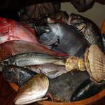 魚米 - 岡持で出てきた魚を選びます