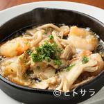 イタリア食堂&ワイン CHEFS - ニンニクの風味が食欲をそそる『小エビとキノコのアヒージョ バケット2枚付』