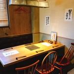 炭焼き串とおばんざいの店 鳥けん - 6名様のテーブル席