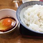 熊福 - 新鮮な美豊卵のたまごかけごはん。濃厚で新鮮な卵は食べ放題です。