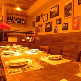 木の温もりとイタリアの雰囲気のあるテーブル席。お家にいるようなアットホームな空間