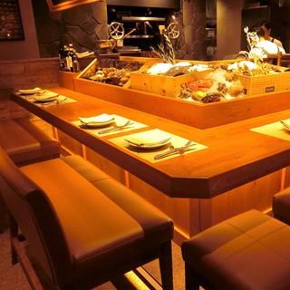 ペアシート限定4組、目の前に魚介が並び、肉をグリルする様子も見える臨場感あるお席