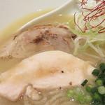 双鶏 - チャーシューは、鶏と豚が1枚ずつ。
