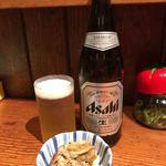 上州屋 - 。瓶ビールはアサヒスーパードライですね。 お通しにモツ煮込み? スジ煮込み?が出てきます。原型がわからないほどトロトロに煮込まれていてうまい!! 七味をかけるとさらにうまい。