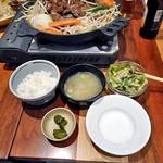 松尾ジンギスカン - 「特上ラムジンギスカンセット(160g)」のミニサラダ・ご飯・味噌汁・漬物