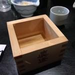 炭火やきとり 伝兵衛 - 振る舞い酒(初孫 樽酒)