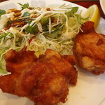 電気食堂 - 3個もついた唐揚げとサラダ