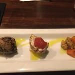 アルモニーア - コペルト!(お通し)。左から大根とアンチョビ。豚肉の中に野菜を入れて網脂で巻いたもの。鳥肉のソーセージのなかみみたいなもの