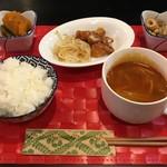 ヒーリングカフェ あんず - 「日替りランチ」(800円)。大きめのスープカップの中にはハンバーグが入っていた。