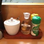 好和亭  - 辣油と高麗人参酢、ガーリックなどが味変アイテム