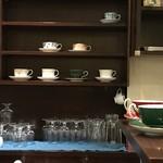セキ珈琲館 - カウンター前のカップボード(2018.1.12)