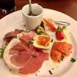 イタリア食堂SORA - 前菜盛り合わせ 600円 スープ・ピクルス・サーモンマリネ・生ハムとサラダ・燻製玉子 これで1人前と驚きの盛合せです。