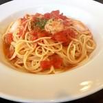 ワインバー蓮 - エビとグラナ・パダーノのトマトソーススパゲッティ