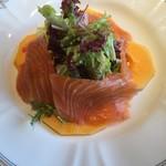 フランス料理/ワインダイニング ラ・ベル・エポック / バロン オークラ - スモークサーモンとパパイヤ、レタスのサラダ