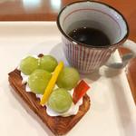 ぱんのお多福 - 葡萄のデニッシュ&コーヒー