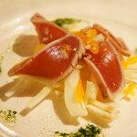 カンブーザ - 三崎マグロのタリアータ 根セロリとカラスミ、ペコリーノサルドのサルデーニャ風サラダ添え