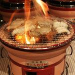 炭火焼ホルモン かっちゃん - 炭火でいっきに焼き上がるのが最高。
