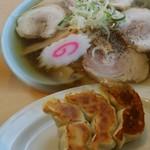 かくだや - チャーシュー麺(大)830円 餃子(3ケ)240円