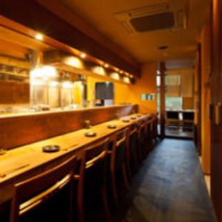 オープンキッチンを眺めるカウンター
