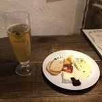 ヒッチアーク - 料理写真:突き出しと、ヒューガルデン(瓶ビール)